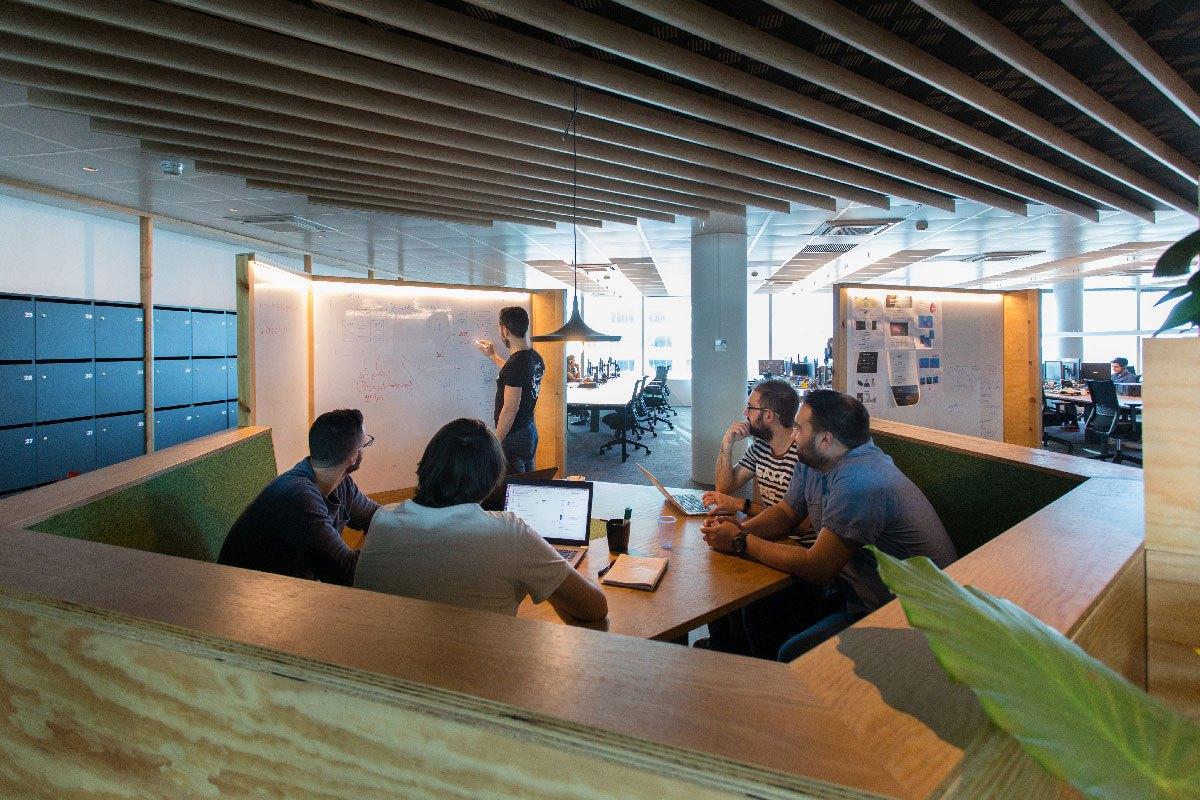 Espacio de trabajo oficinas Lead Tech Barcelona construidas por 4Retail