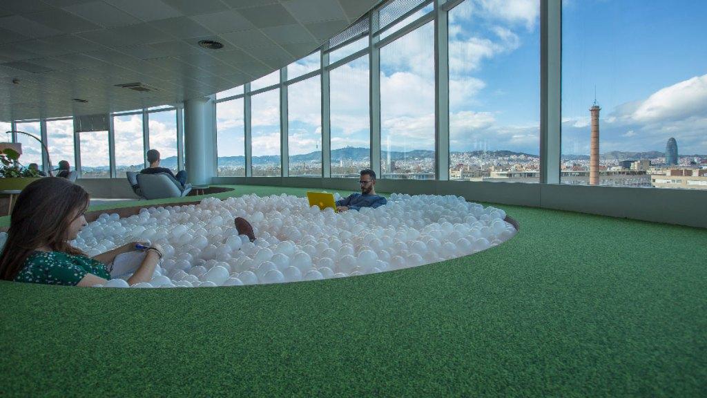 Piscina de bolas de las oficinas Lead Tech Barcelona construidas por 4Retail