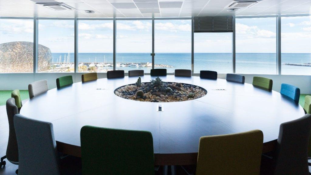 Sala de reuniones oficinas Lead Tech Barcelona construidas por 4Retail